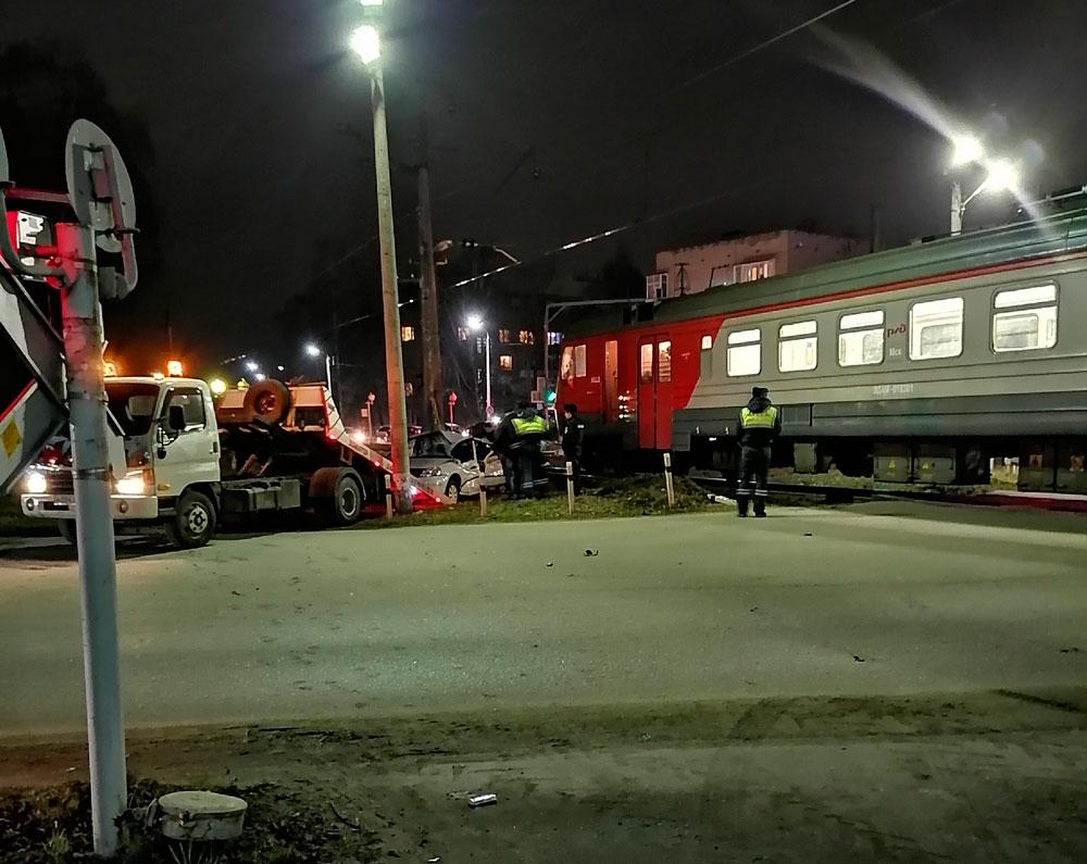 На улице Дачная в Дубне электропоезд столкнулся с автомобилем   Видео